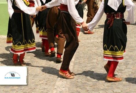 Хайде на хорото! Карта за 4 занимания по Български Народни Танци за начинаещи само за 10 лв. или 8 посещения за 20 лв. от Школа Балканци в ЦЕНТЪРА, до Халите
