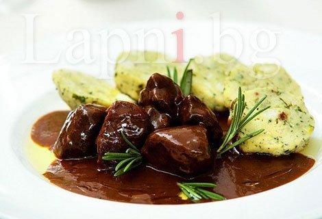 Обяд или Вечеря в Чехословашки Клуб Ресторант! Гулаш с кнедли за 3.90 лв., Пивоварски Шницел за 3.90 лв. или Свински бут