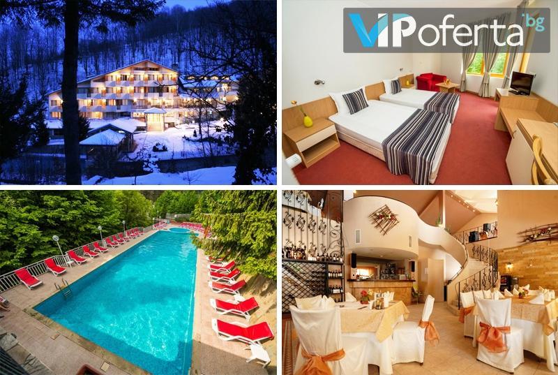 Еднодневен делничен и уикенд пакет със закуска и вечеря + външен топъл минерален басейн в Хотел ДИВА