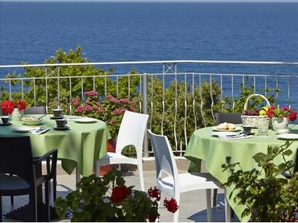 ЛЯТО 2018, Гърция, ALKYONIS HOTEL 2*: 5 нощувки със Закуски и ВЕЧЕРИ за 800 лв. за ДВАМА