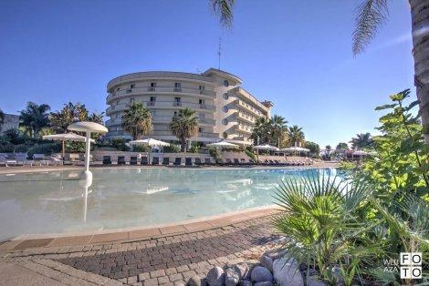 ХИТ ЦЕНА от 870 лв.! Почивка в Италия, ПУЛИЯ, хотел Grand Hotel dei Cavalieri 4*! Самолетен билет + 7 нощувки със закуски и вечери с напитки + Чадър и шезлонг на плажа + БАСЕЙН