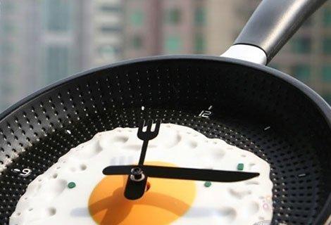 Уморени ли сте от традиционните часовници? Купете този модерен часовник, проектиран като яйце в тиган. Сега само за 14.9