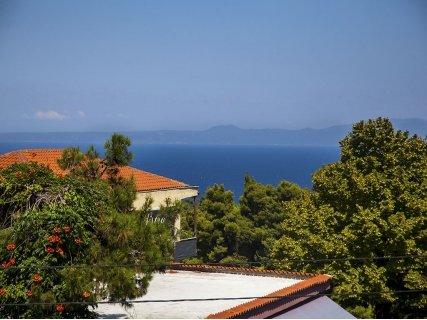 Гръцко лято! ХАЛКИДИКИ, Adonis Hotel Kriopigi 2*: нощувка със закуска на цена от 57 лв. или нощувка със закуска и ВЕЧЕРЯ на цена от 94 лв. За ДВАМА!