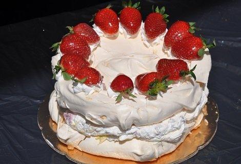 """НОВО от Виенски Салон Лагуна! Бяла целувчена торта с крем маскарпоне, ягоди и бадеми ИЛИ Целувчена торта """"Орехова целувка"""" само за 19 лв."""