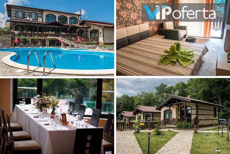 Пакет със закуска и вечеря + външен басейн с минерална вода в Комплекс Тодорини кукли, край Вършец